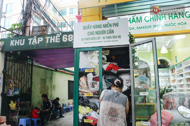 Những tủ quần áo thừa cho đi, thiếu nhận lại sưởi ấm người lao động nghèo Hà Nội trong mùa đông giá rét - Ảnh 7.