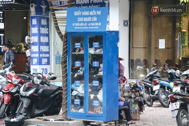 Những tủ quần áo thừa cho đi, thiếu nhận lại sưởi ấm người lao động nghèo Hà Nội trong mùa đông giá rét - Ảnh 8.
