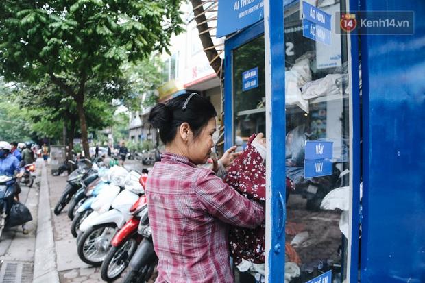 Những tủ quần áo thừa cho đi, thiếu nhận lại sưởi ấm người lao động nghèo Hà Nội trong mùa đông giá rét - Ảnh 9.