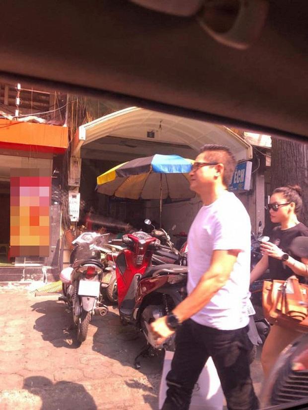 Xôn xao ảnh MC Minh Hà đeo đồng hồ đôi bên người đàn ông lạ mặt, rộ nghi vấn đang bí mật hẹn hò - Ảnh 1.