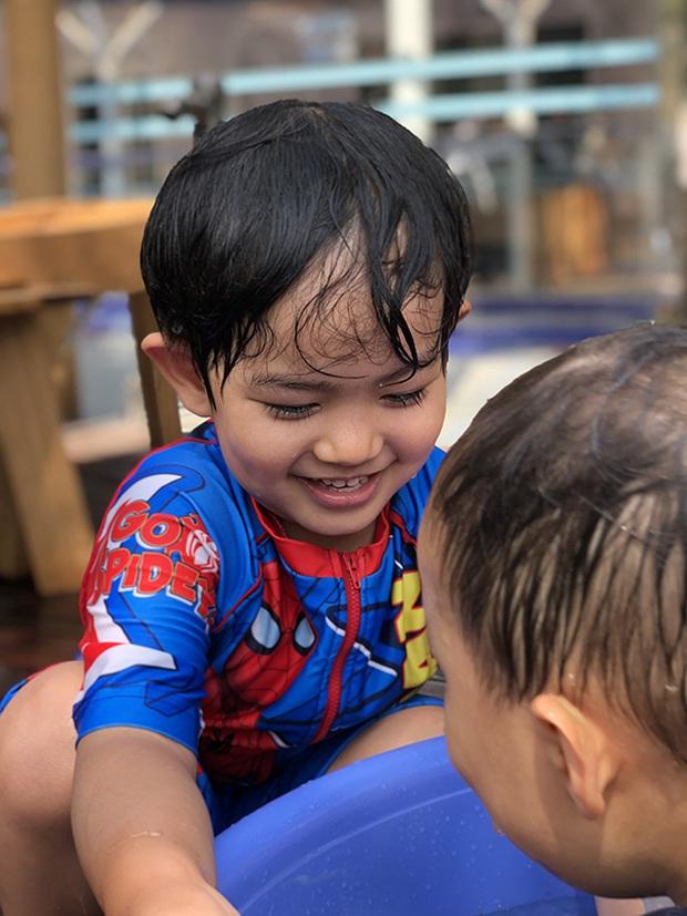 Chi không ít tiền cho con học trường quốc tế, Khánh Thi lại chứng kiến cảnh Kubi nhem nhuốc bên chậu nước xà phòng và sự thật bất ngờ - Ảnh 2.