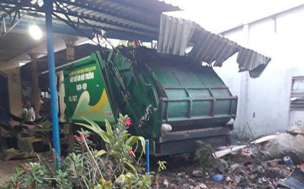 Xe chở rác húc xe bánh mì rồi lao vào nhà dân tông sập mái hiên - Ảnh 1.