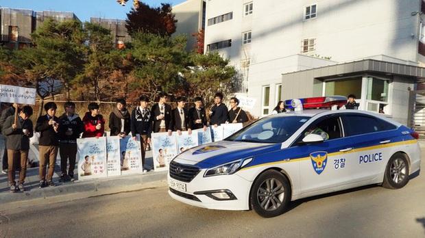 Chẳng phải bây giờ, sĩ tử Hàn Quốc của thập niên 90 đã phát sốt với kỳ thi Đại học như thế này đây - Ảnh 1.
