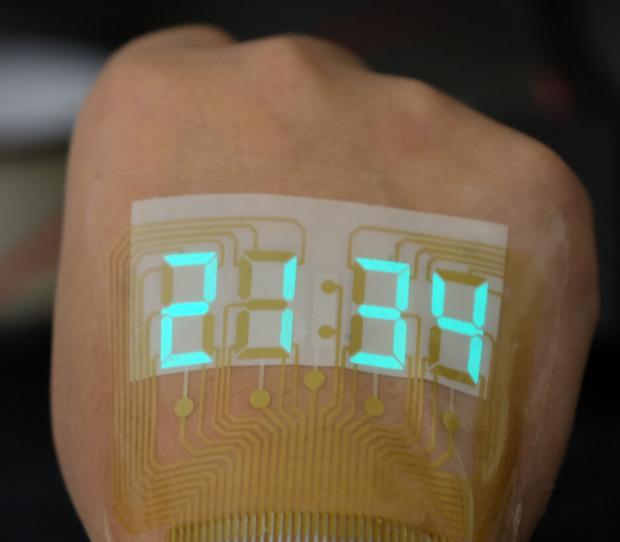 Trung Quốc chế tạo ra màn hình siêu mỏng và dẻo tới mức dán được trên da, xịn y như đồ chơi Iron Man - Ảnh 1.