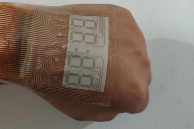 Trung Quốc chế tạo ra màn hình siêu mỏng và dẻo tới mức dán được trên da, xịn y như đồ chơi Iron Man - Ảnh 3.