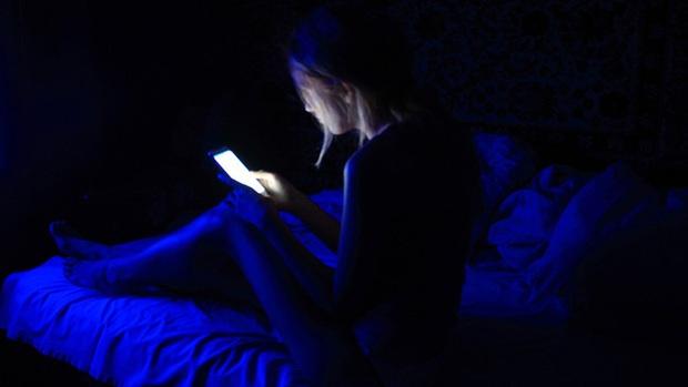 Cô gái trẻ bị xuất huyết võng mạc, mù 1 bên mắt vì thói quen sử dụng điện thoại tai hại mà nhiều người vẫn coi thường - Ảnh 1.