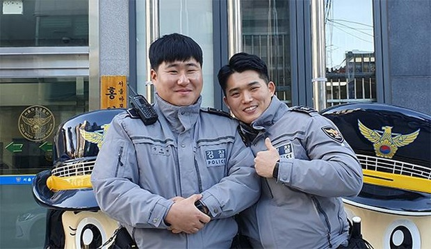 Ngầu như cảnh sát Hàn Quốc: Lao xe đâm gãy cổng trường để hộ tống thí sinh kịp thi Đại học do đến muộn - Ảnh 3.