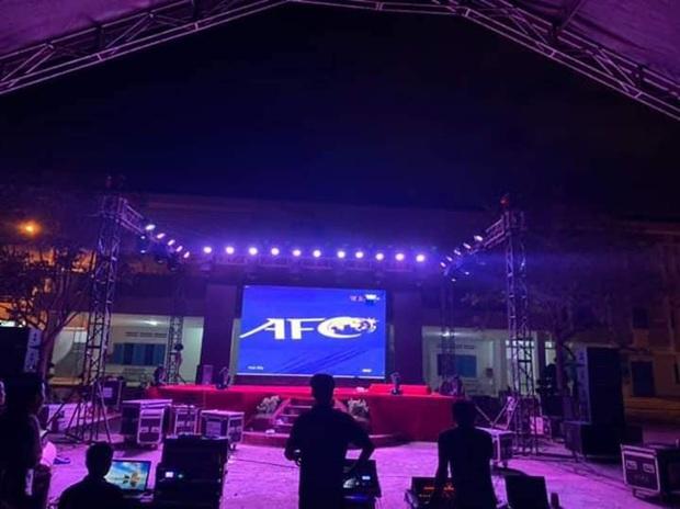 Ngôi trường tiện nhất năm: Đang chuẩn bị làm lễ kỷ niệm, sẵn có màn hình led khổng lồ nên mở luôn trận đấu tuyển Việt Nam cho học trò cùng xem  - Ảnh 1.