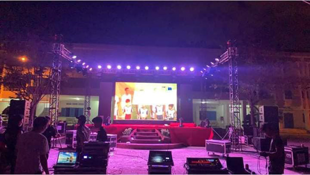 Ngôi trường tiện nhất năm: Đang chuẩn bị làm lễ kỷ niệm, sẵn có màn hình led khổng lồ nên mở luôn trận đấu tuyển Việt Nam cho học trò cùng xem  - Ảnh 2.