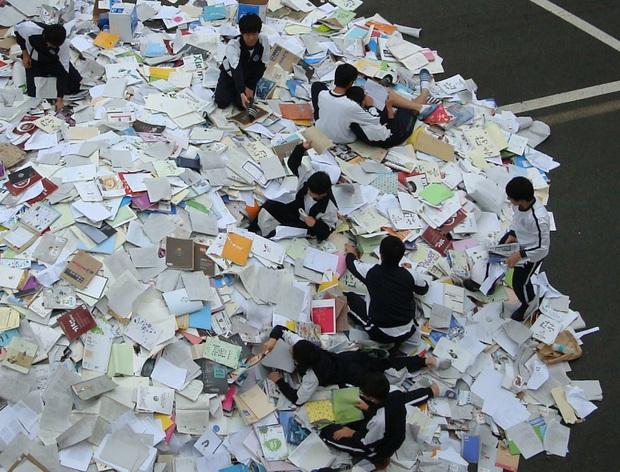 Choáng với cách học sinh Hàn Quốc xả hơi sau thi ĐH: Kẻ đua nhau vứt luôn sách vở ở cổng trường, người vào thẩm mỹ viện đập mặt đổi đời - Ảnh 1.