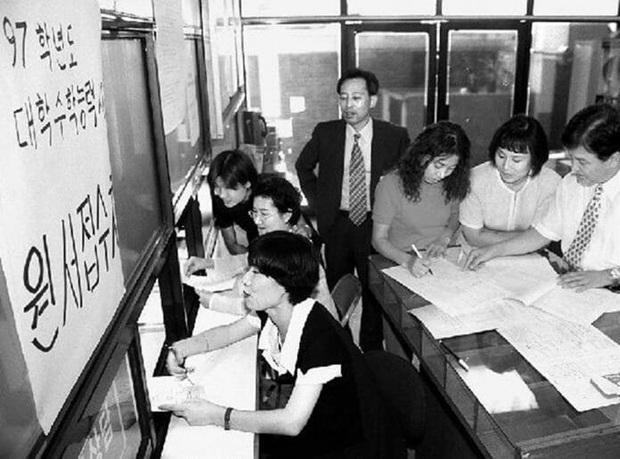Chẳng phải bây giờ, sĩ tử Hàn Quốc của thập niên 90 đã phát sốt với kỳ thi Đại học như thế này đây - Ảnh 3.