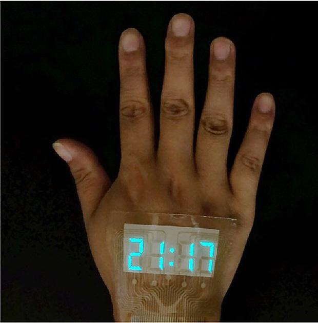 Trung Quốc chế tạo ra màn hình siêu mỏng và dẻo tới mức dán được trên da, xịn y như đồ chơi Iron Man - Ảnh 2.