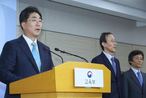 Nín thở hồi hộp khi kỳ thi đại học khốc liệt ở Hàn Quốc khởi động - Ảnh 4.