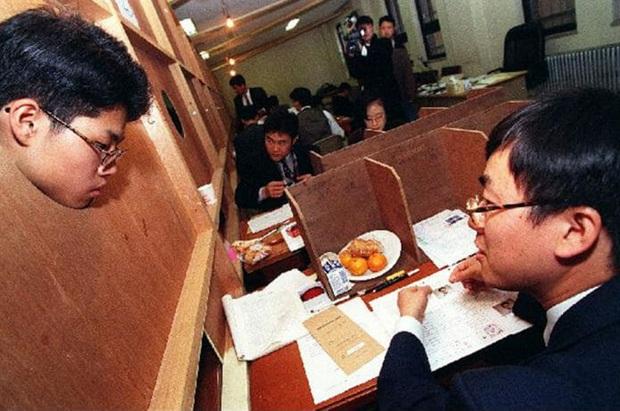 Chẳng phải bây giờ, sĩ tử Hàn Quốc của thập niên 90 đã phát sốt với kỳ thi Đại học như thế này đây - Ảnh 4.