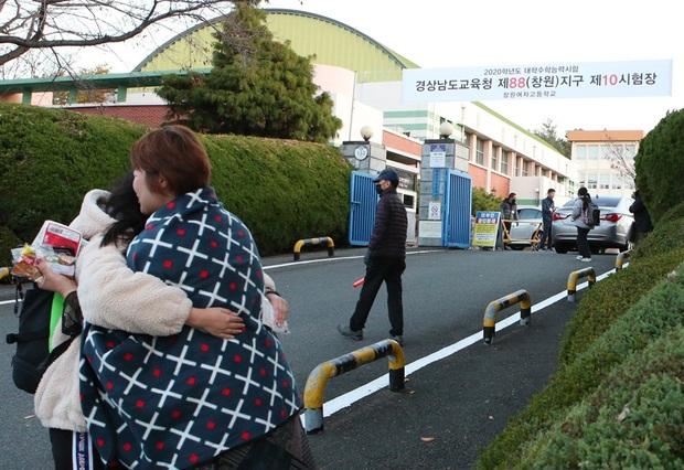 Nín thở hồi hộp khi kỳ thi đại học khốc liệt ở Hàn Quốc khởi động - Ảnh 6.