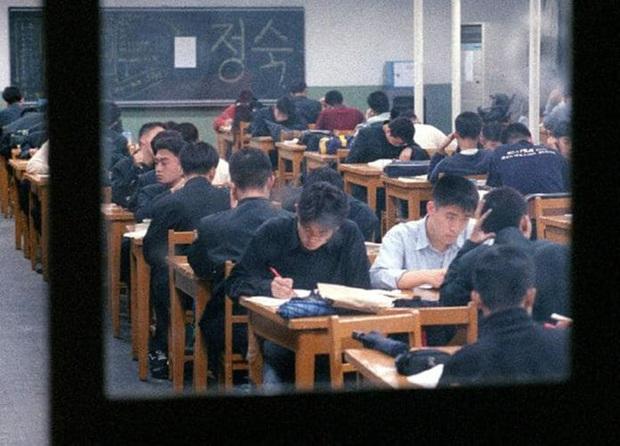 Chẳng phải bây giờ, sĩ tử Hàn Quốc của thập niên 90 đã phát sốt với kỳ thi Đại học như thế này đây - Ảnh 8.