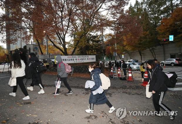 Nửa triệu sĩ tử Hàn Quốc hoàn thành kỳ thi đại học khốc liệt, nhiều nữ thần tượng xinh đẹp góp mặt trong dàn thí sinh - Ảnh 5.