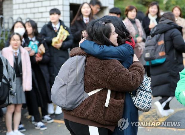 Nửa triệu sĩ tử Hàn Quốc hoàn thành kỳ thi đại học khốc liệt, nhiều nữ thần tượng xinh đẹp góp mặt trong dàn thí sinh - Ảnh 10.