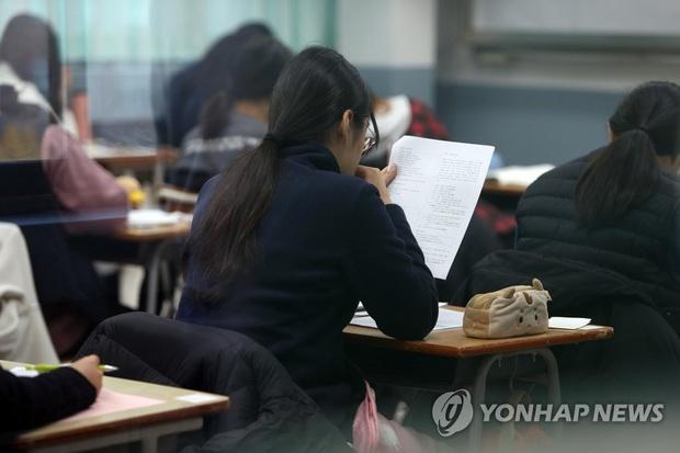 Nửa triệu sĩ tử Hàn Quốc hoàn thành kỳ thi đại học khốc liệt, nhiều nữ thần tượng xinh đẹp góp mặt trong dàn thí sinh - Ảnh 12.