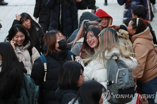 Nửa triệu sĩ tử Hàn Quốc hoàn thành kỳ thi đại học khốc liệt, nhiều nữ thần tượng xinh đẹp góp mặt trong dàn thí sinh - Ảnh 13.