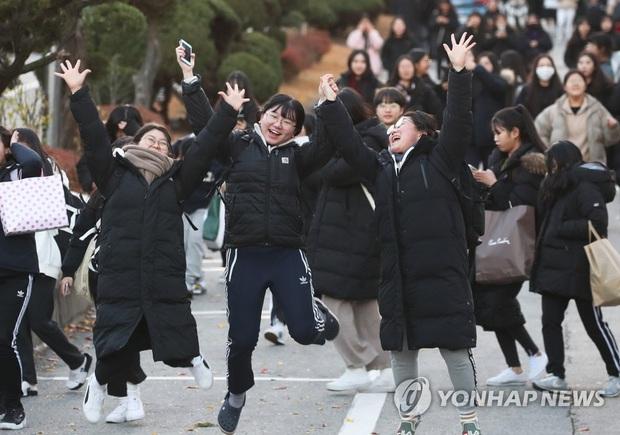 Nửa triệu sĩ tử Hàn Quốc hoàn thành kỳ thi đại học khốc liệt, nhiều nữ thần tượng xinh đẹp góp mặt trong dàn thí sinh - Ảnh 14.