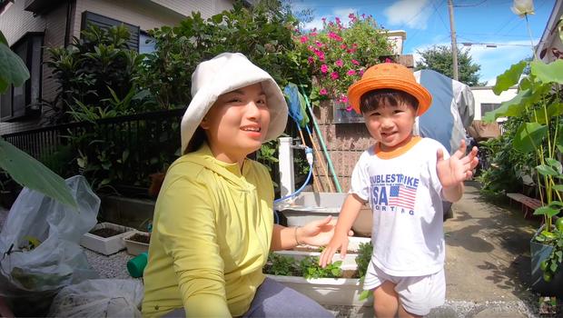 Không thua kém mẹ Quỳnh Trần, bé Sa cũng trổ tài làm đồ ăn và mukbang ngay trong clip của mẹ - Ảnh 1.