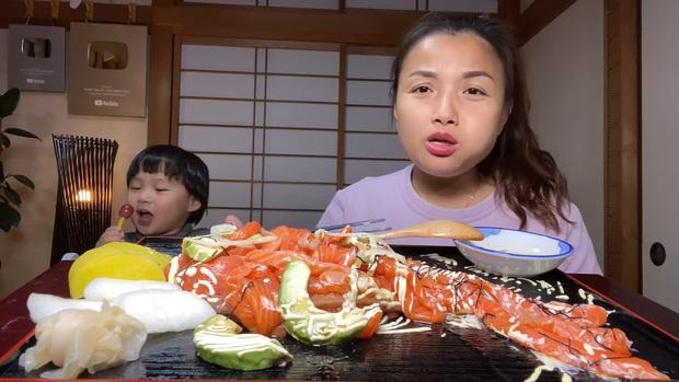 Không thua kém mẹ Quỳnh Trần, bé Sa cũng trổ tài làm đồ ăn và mukbang ngay trong clip của mẹ - Ảnh 2.