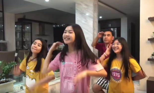 Lọ Lem - con gái MC Quyền Linh xinh muốn xỉu trong clip dạy nhảy cho ba, để lộ mình là fan K-pop chính hiệu! - Ảnh 3.