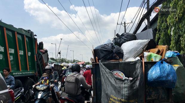 Clip: Ngộp thở những bãi tập kết rác bất đắc dĩ ở Sài Gòn - Ảnh 4.