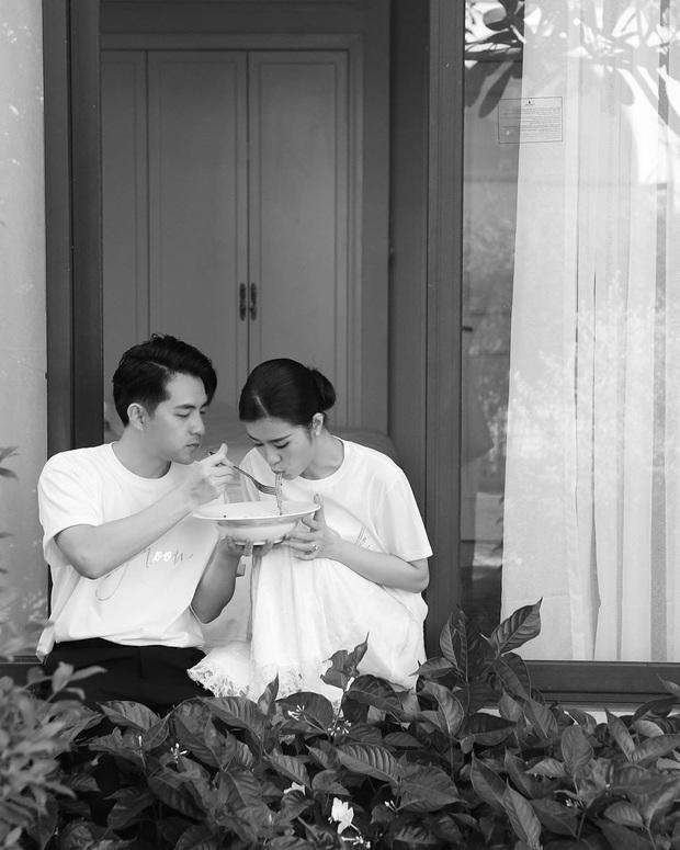 """""""Bá đạo"""" như vợ chồng Đông Nhi – Ông Cao Thắng: Nhìn lại ngày cưới vẫn nhớ nhất giây phút cùng nhau ngồi… hút mì cứu đói! - Ảnh 3."""