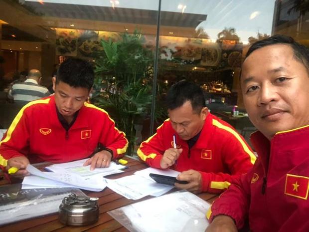 11 tiếng trước giờ đấu UAE, các trợ lý tuyển Việt Nam miệt mài phân tích đối thủ - Ảnh 2.
