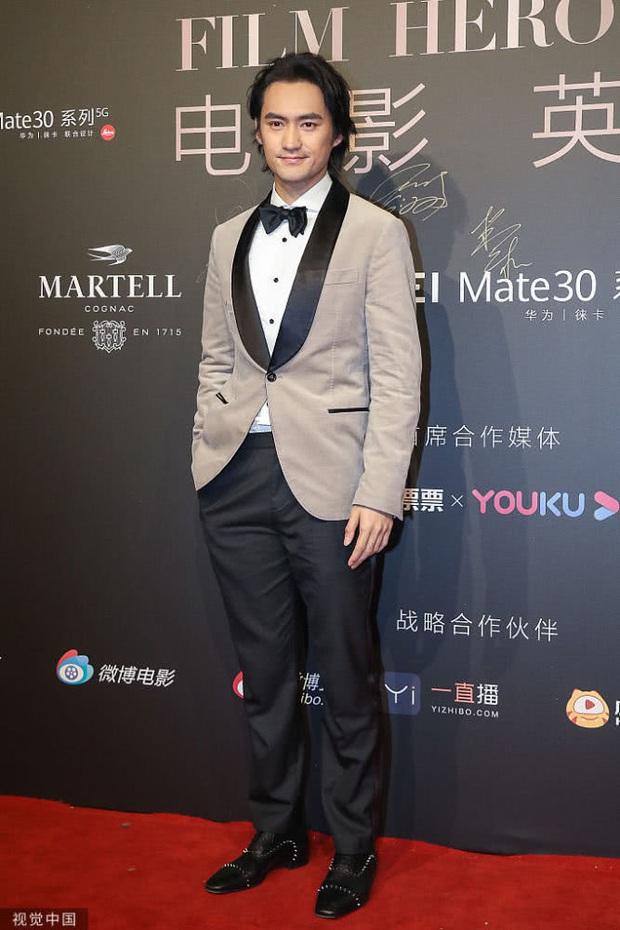 Huỳnh Hiểu Minh gây sốt với hình ảnh 42 tuổi cực phong độ và điển trai, hoàn toàn ăn đứt loạt đàn em tại sự kiện - Ảnh 4.