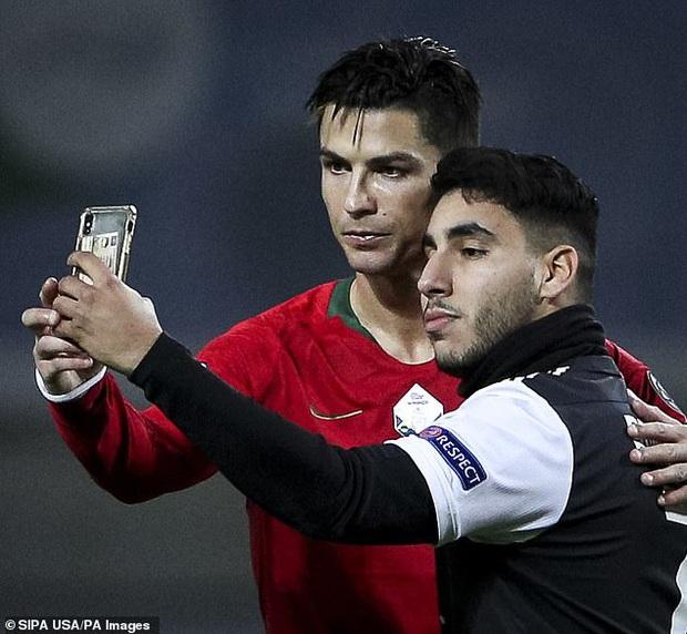 Khai trương kiểu tóc mới, Ronaldo tự tin selfie cùng fan cuồng, khiến anh chàng này bật khóc nức nở trong lúc bị bảo vệ kéo ra khỏi sân - Ảnh 3.