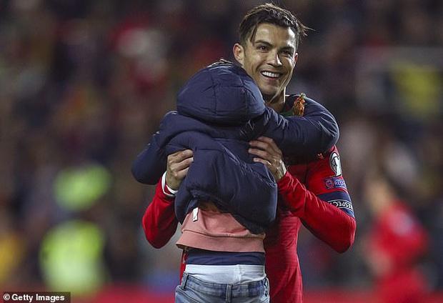 Khai trương kiểu tóc mới, Ronaldo tự tin selfie cùng fan cuồng, khiến anh chàng này bật khóc nức nở trong lúc bị bảo vệ kéo ra khỏi sân - Ảnh 4.