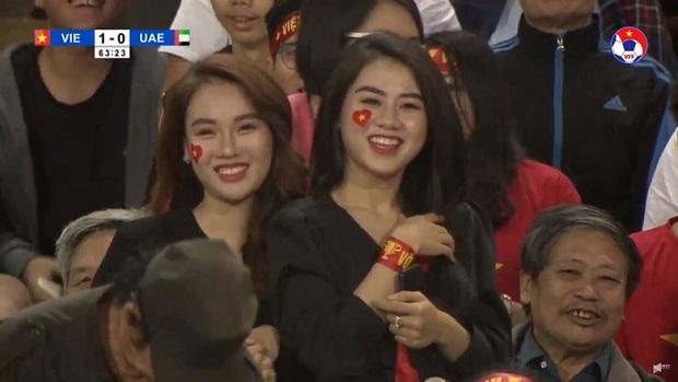Nữ CĐV xinh đẹp xuất hiện trên khán đài trận Việt Nam - UAE: Tưởng người lạ hóa ra người quen, từng làm việc cùng Trâm Anh - Ảnh 1.
