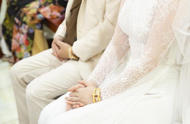 Áo dài cưới của Bảo Thy: Nhìn xa tưởng đơn giản, ngắm kỹ mới thấy được hết vẻ lộng lẫy sang trọng - Ảnh 5.