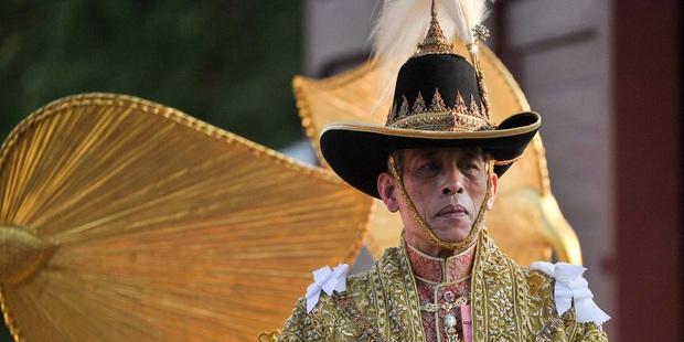 Vừa sa thải tháng trước, vua Thái Lan lại bất ngờ phục chức cho 3 sĩ quan cận vệ Hoàng gia - Ảnh 1.