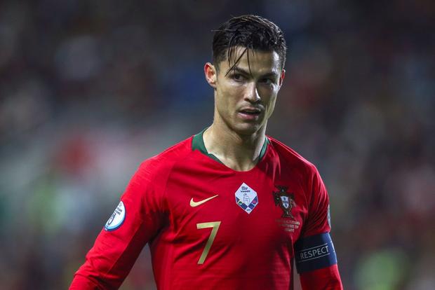 Khai trương kiểu tóc mới, Ronaldo tự tin selfie cùng fan cuồng, khiến anh chàng này bật khóc nức nở trong lúc bị bảo vệ kéo ra khỏi sân - Ảnh 1.