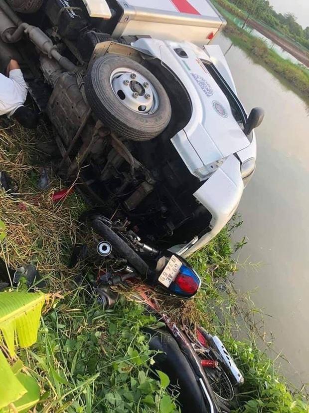 Cà Mau: Xe tải tông 4 người trong đó có 2 nam sinh văng xuống sông, người thân gào khóc nức nở tại hiện trường - Ảnh 1.