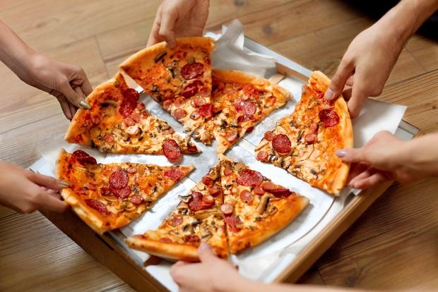 Đố bạn biết, vì sao pizza có hình tròn nhưng lại được đựng trong hộp vuông và cắt theo hình tam giác? - Ảnh 5.