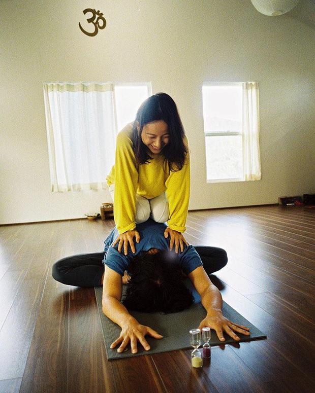 Bộ ảnh tập yoga gây bão MXH của vợ chồng Lee Hyori: Nhìn qua tựa ngôn tình, gần vào mới thấy ông xã cam chịu ra sao! - Ảnh 7.