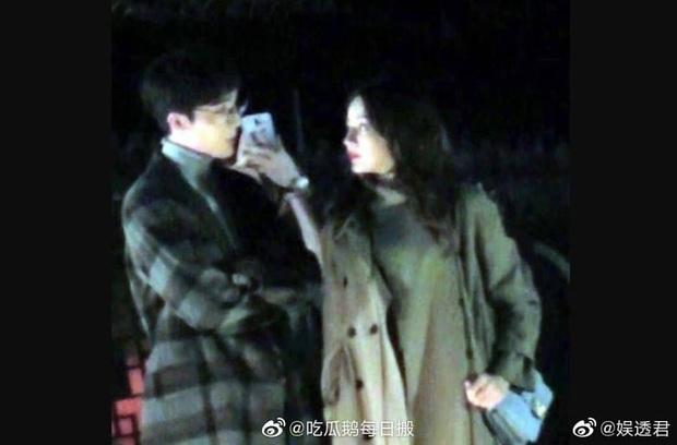 """Địch Lệ Nhiệt Ba hôn Hoàng Cảnh Du nồng nhiệt, nhưng netizen chỉ quan tâm đến trai đẹp """"Trần Tình Lệnh"""" là sao ta? - Ảnh 3."""