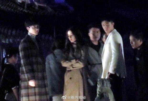 """Địch Lệ Nhiệt Ba hôn Hoàng Cảnh Du nồng nhiệt, nhưng netizen chỉ quan tâm đến trai đẹp """"Trần Tình Lệnh"""" là sao ta? - Ảnh 2."""