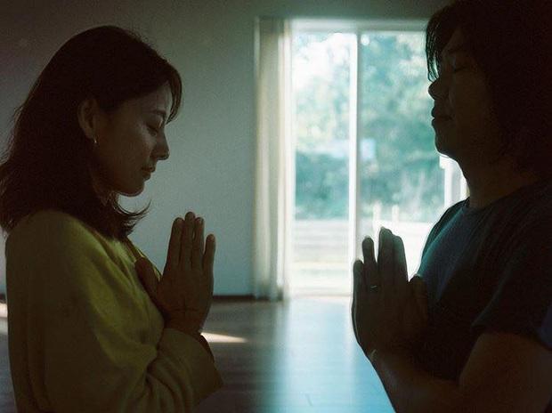 Bộ ảnh tập yoga gây bão MXH của vợ chồng Lee Hyori: Nhìn qua tựa ngôn tình, gần vào mới thấy ông xã cam chịu ra sao! - Ảnh 1.