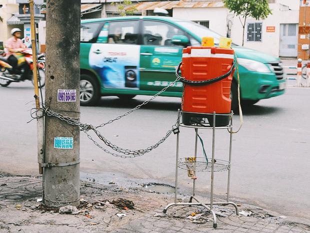 Chuyện dây xích quấn quanh những bình nước miễn phí: Sài Gòn dễ thương, nhưng muốn thương phải chịu khó! - Ảnh 2.