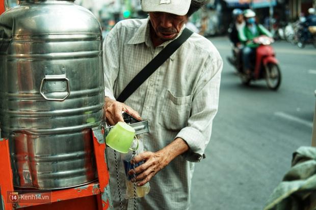 Chuyện dây xích quấn quanh những bình nước miễn phí: Sài Gòn dễ thương, nhưng muốn thương phải chịu khó! - Ảnh 1.
