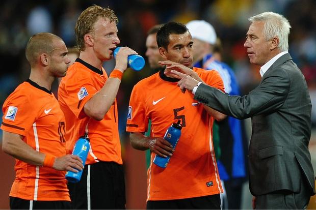 Trận thua Việt Nam có những nét tương đồng cực thú vị với thất bại cay đắng nhất sự nghiệp huấn luyện của ông Bert van Marwijk - Ảnh 1.