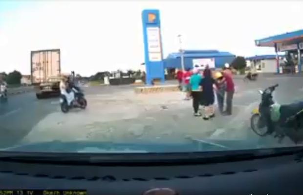 Clip: Kinh hoàng khoảnh khắc cháu bé ngã lộn ngửa ra sau, người bố mất lái lao xe máy thẳng cột bê tông phía trước sau pha va chạm với ô tô - Ảnh 3.