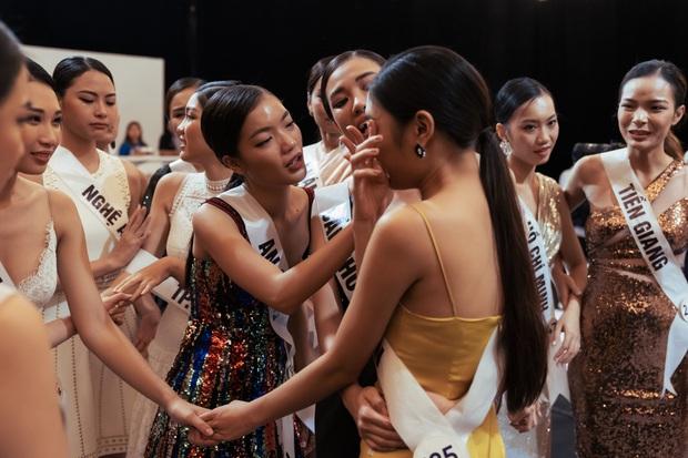 Không dám khóc vì sợ về nhà đi con, cô gái này vẫn bị loại tại Hoa hậu Hoàn vũ VN - Ảnh 9.