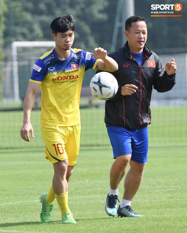 Công Phượng mải mê biểu diễn rê bóng, được HLV Park Hang-seo nhắc nhở riêng trong buổi tập sau trận đấu với UAE - Ảnh 1.